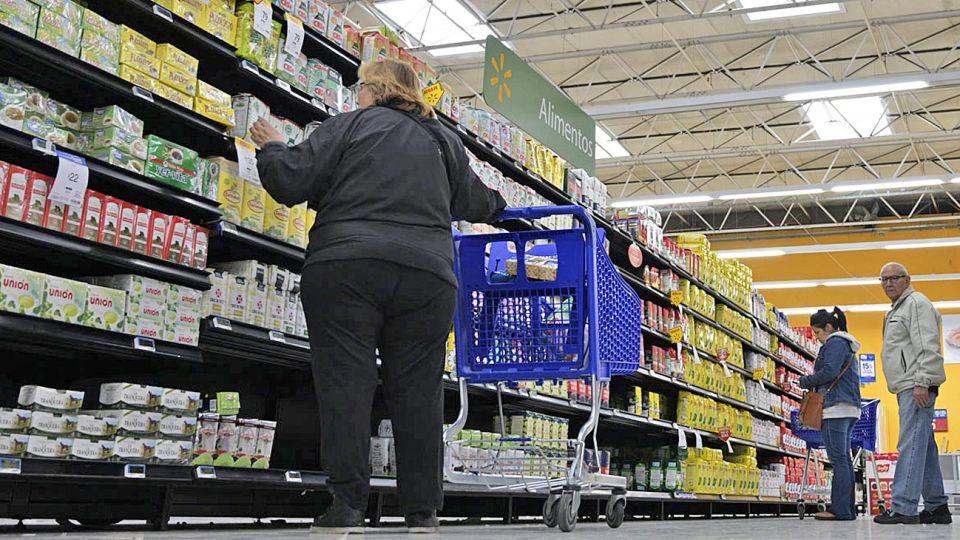 Ley de góndolas. Los productos más baratos deben estar equidistantes del primero y último estante, dice.