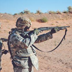 Miembro de un ejército realizando prácticas con escopetas Mossberg 500, un clásico de las fuerzas junto a la Remington 700.
