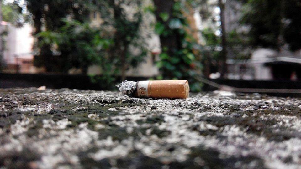 Proponen multar a quienes arrojen colillas de cigarrillos en la vía pública