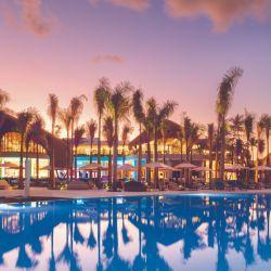 La recepción y el buffet con techo de palma del Club Med en Miches combinan con el paisaje.