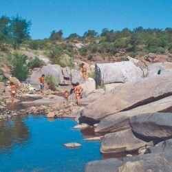 Olla natural entre plegamientos rocosos en la zona de Siete Cajones.