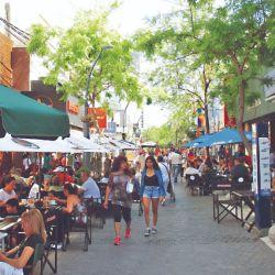 La céntrica peatonal de la ciudad de San Luis es punto de reunión para locales y visitantes.
