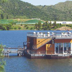 Confitería flotante en el lago de Potrero de los Funes, única en su tipo en el país.