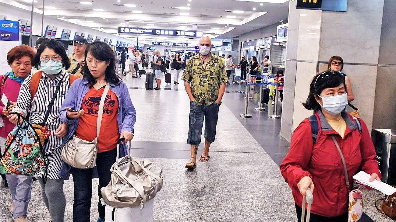 Protegidos. Ayer, en el Aeroparque Jorge Newbery, había pocos pasajeros con mascarillas en la cara.