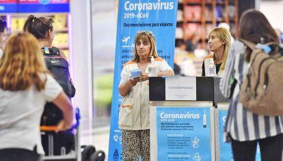Medidas. En aeropuertos y espacios públicos sanitizan manos.