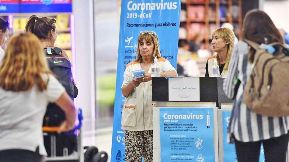 20200307_aeropuerto_barbijos_alcohol_telam_g.jpg
