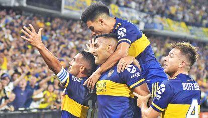 Para la gente. Así festejó Boca el gol que le dio el campeonato. Tevez, autor del 1-0 definitivo, grita con su alma toda la tensión contenida.