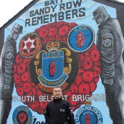El protestante Paul McCann también ofrece visitas guiadas en Belfast y relata sobre la historia del conflicto en Irlanda del Norte. Foto: Christoph Driessen/dpa-tmn.