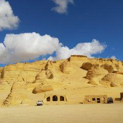 Lo que hoy es desierto, en el pasado fue un mar. Rocas de arenisca dorada e interminables dunas componen el paisaje de la cuenca desértica de Wadi Al Hitan. Foto: Simone A. Mayer/dpa.
