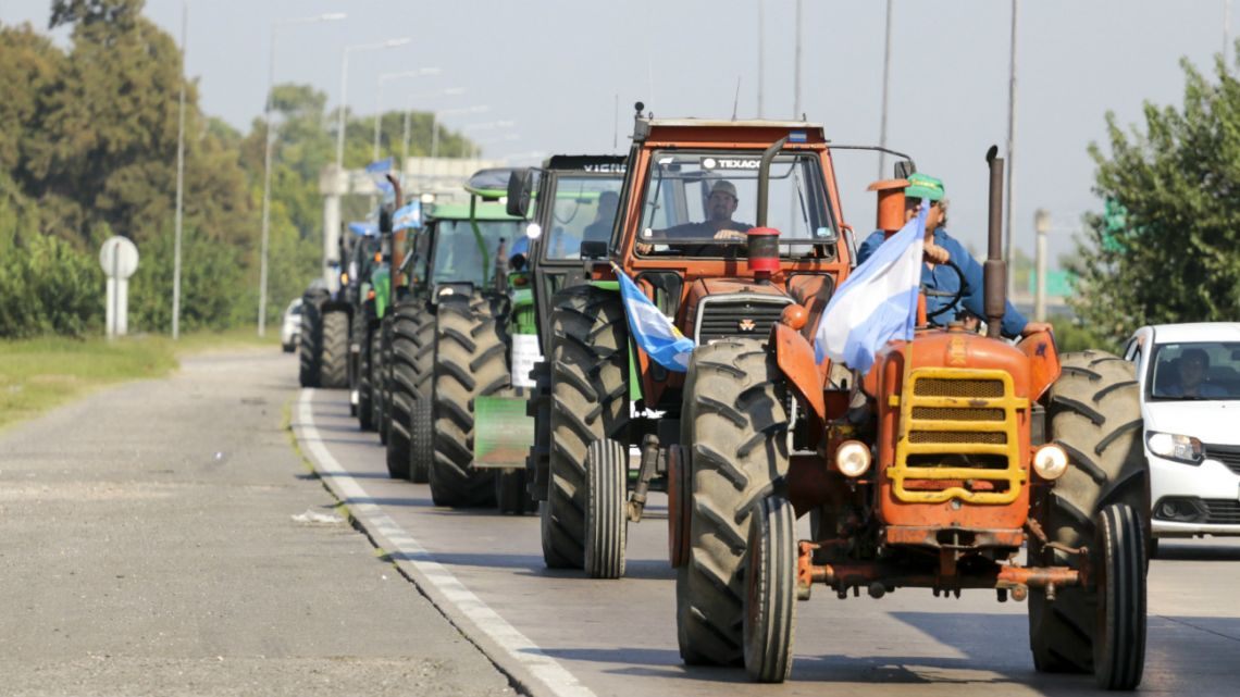 Farmers protest the increase of the retentions to soybeans in the Avenida de Circunvalación in Córdoba on March 5, 2020.