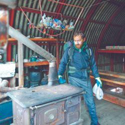 Cuny Proverbio en el refugio Esloveno, que ofrece la posibilidad de cocinar y dormir.