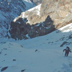 El ascenso tiene algunos tramos más difíciles, con laderas escarpadas de roca, nieve y hielo.