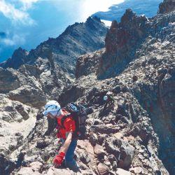 A la cumbre se accede atravesando zonas expuestas donde quizás debamos utilizar una cuerda para asegurarnos. La panorámica se amplía para divisar el Tronador, el volcán Puntiagudo y el Osorno, en Chile.