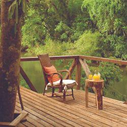 El deck de Don Enrique Lodge frente al arroyo Paraíso en la selva misionera.