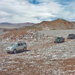 La caravana avanza por la huella hacia el sector de Peñas Coloradas.