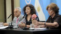 Carla Vizzotti (c.), secretaria de Acceso a la Salud; Pedro Cahn (i.), Fundación Huesped; y Mirta Roses Periago (d.), OMS.