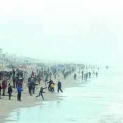 Insertarle plomadas por las agallas o paquetitos de arena son algunas de las trampas habituales de los pescadores.