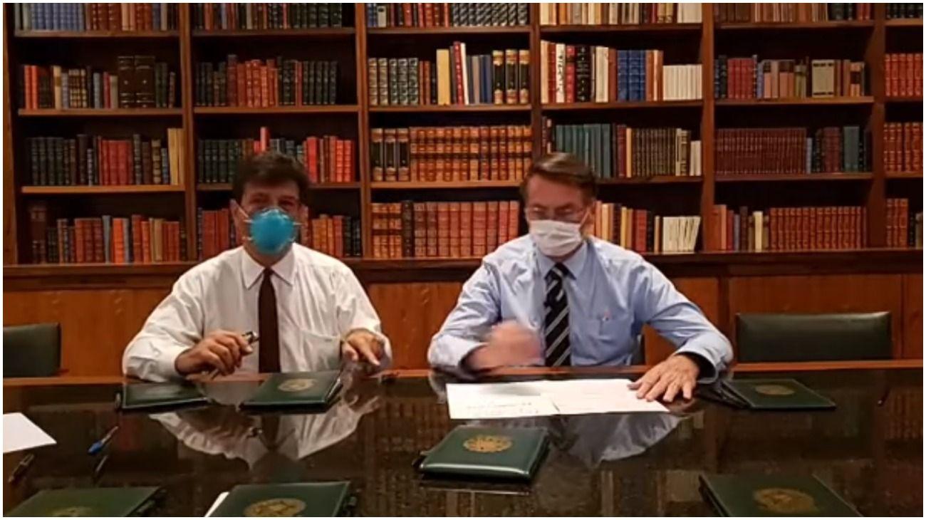 Bolsonaro apareció con un barbijo y dijo que este viernes sabrá si tiene o no coronavirus