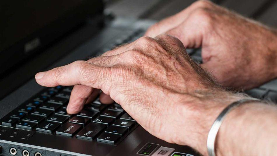 Escribiendo periosdismo manos compuradora
