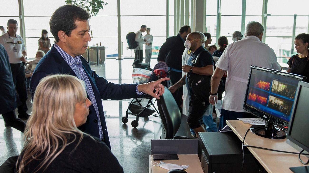 El ministro del Interior, Wado de Pedro, controlando el funcionamiento de las nuevas cámaras térmicas para detectar posibles casos de coronavirus.