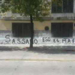 Una de las paredes del barrio de La Boca con las pintadas que se le atribuyen a la barra del xeneize contra funcionarios porteños.