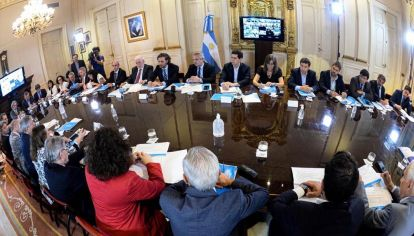 Alberto Fernández junto a su equipo de gobierno.