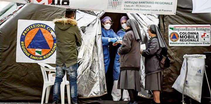 Una carpa sanitaria en Italia, donde las muertes se incrementaron un 57% el fin se semana pasado.