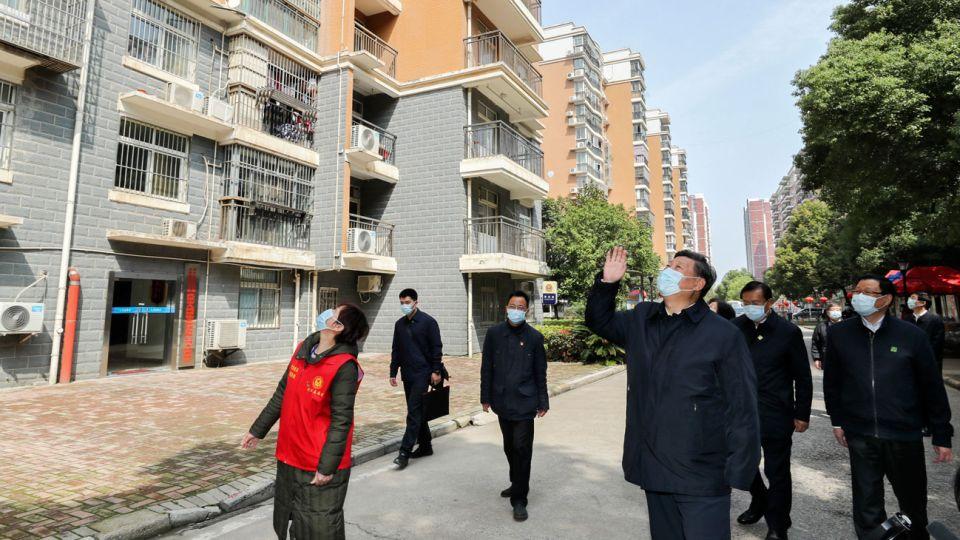 RECORRIDO. El presidente chino visitó el martes Wuhan, epicentro del brote, y elogió a los vecinos.