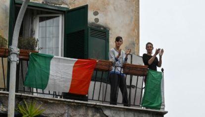 En medio de la cuarentena por el coronaviurs, los italianos salen a los balcones a cantar y aplaudir. para levantar el ánimo