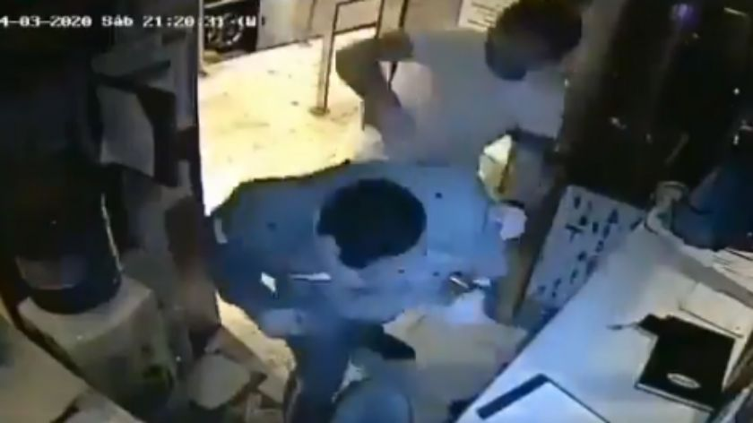 Violó la cuarentena y golpeó a un guardia que se lo recriminó