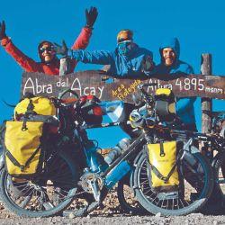 Alegría pura al llegar al famoso cartel del Abra del Acay.