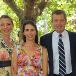 Ines Monzó; la pareja de Emilio Monzó, Karen Sánchez; y el diputado. | Foto:cedoc