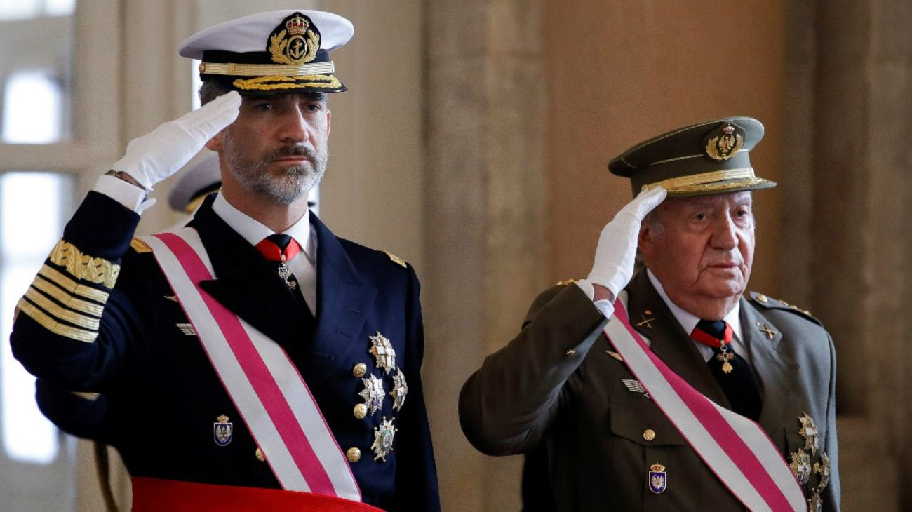 """El rey Felipe VI y su padre, el """"rey emérito"""" Juan Carlos de Borbón."""