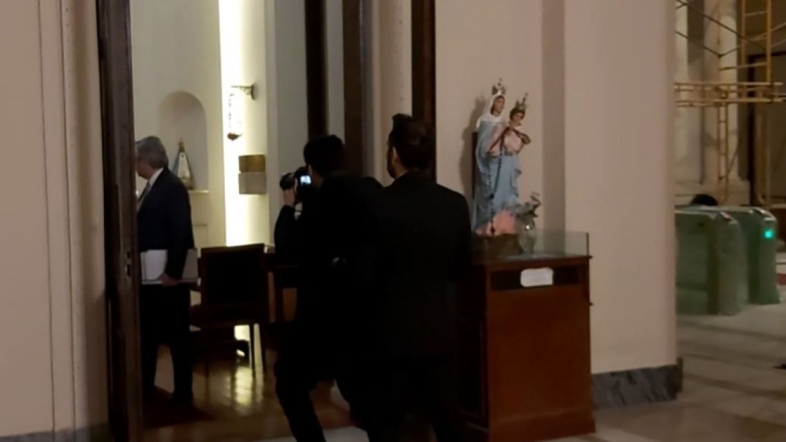 Alberto rezando en Casa Rosada