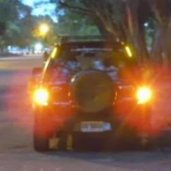 Como medida de precaución, encender las balizas y7o luces de posición para que nos vean
