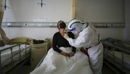 Los médicos en Wuhan, la ciudad en la región central de China donde emergió el patógeno, están viendo señales preocupantes de errores similares.