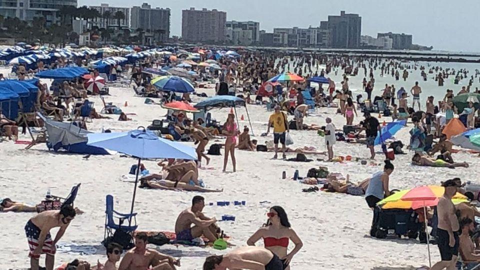 La playa de Clearwater estallada de estudiantes.