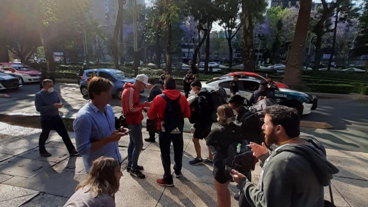 Cola frente al consulado de México | Foto:cedoc