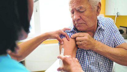 RIESGO. Los adultos mayores deben recibir la vacuna antigripal.