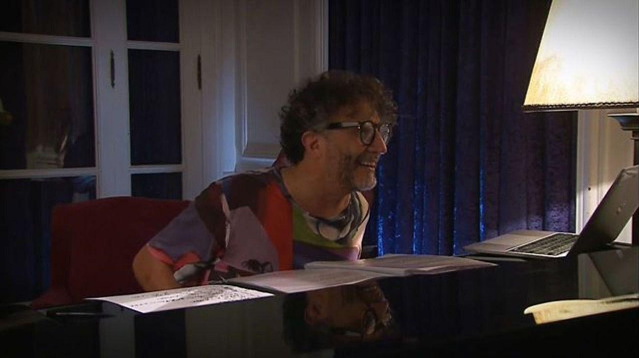 Desde su living, Fito Páez dio un concierto íntimo para compartir durante el aislamiento