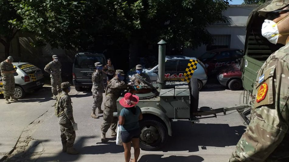 El Ejército ayudando en Quilmes, con comida para vecinos carenciados.