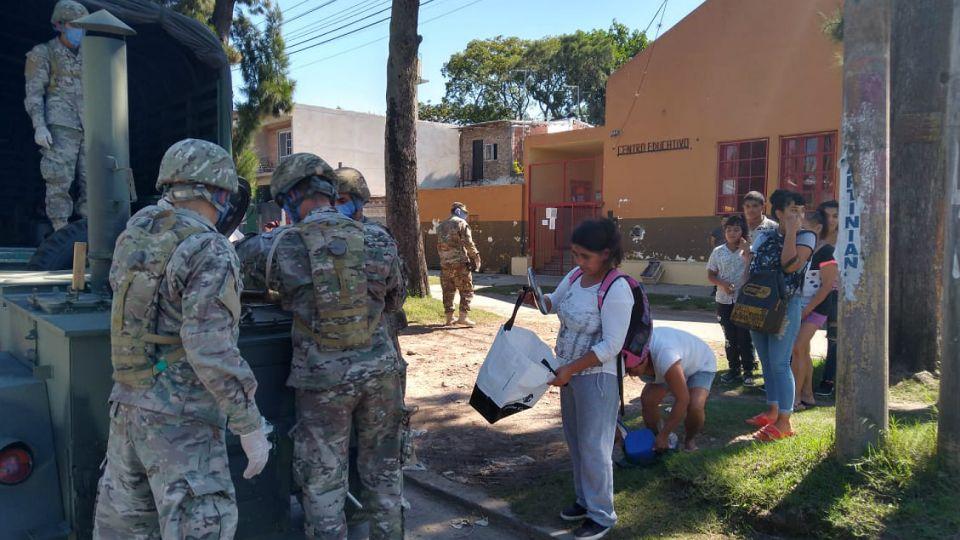 El Ejército, ayudando a la gente en Quilmes. Una postal de la pandemia de coronavirus.