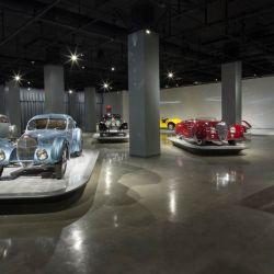 En Los Angeles está el Petersen Automotive Museum, que exhibe los coches de la película Cars hasta superdeportivos europeos de lujo pasando por modelos personalizados.