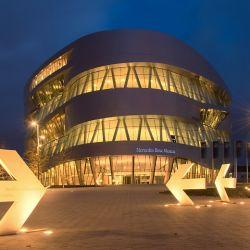Vista nocturna del Museo Mercedes-Benz.