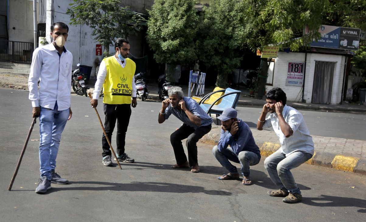 El gobierno indio impuso una cuarentena total y la policía castiga a quienes la violan.
