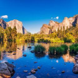 Yosemite National Park se puede explorar el icónico panorama de los monolitos de granito, El Captian y Half Dome.