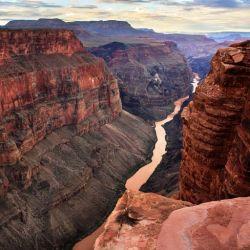 El Gran Cañón, en Arizona, tiene asombrosas vistas sobre crestas verticales y sus característicos espacios abiertos en el escabroso paisaje rocoso de la zona.