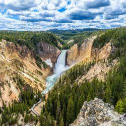 Yellowstone, la casa del Oso Yogui, tiene como principal característica la zona de géiseres en erupción.