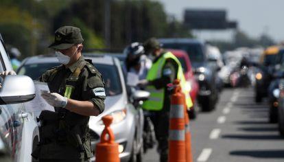 Efectivos de Gendarmería Nacional controlan los vehículos en los accesos.