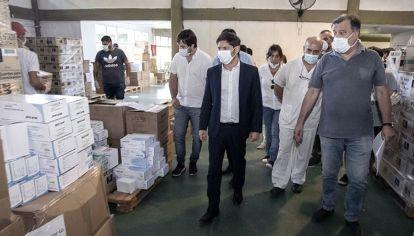 Axel Kicillof durante una recorrida por el centro logístico del hospital El dique.